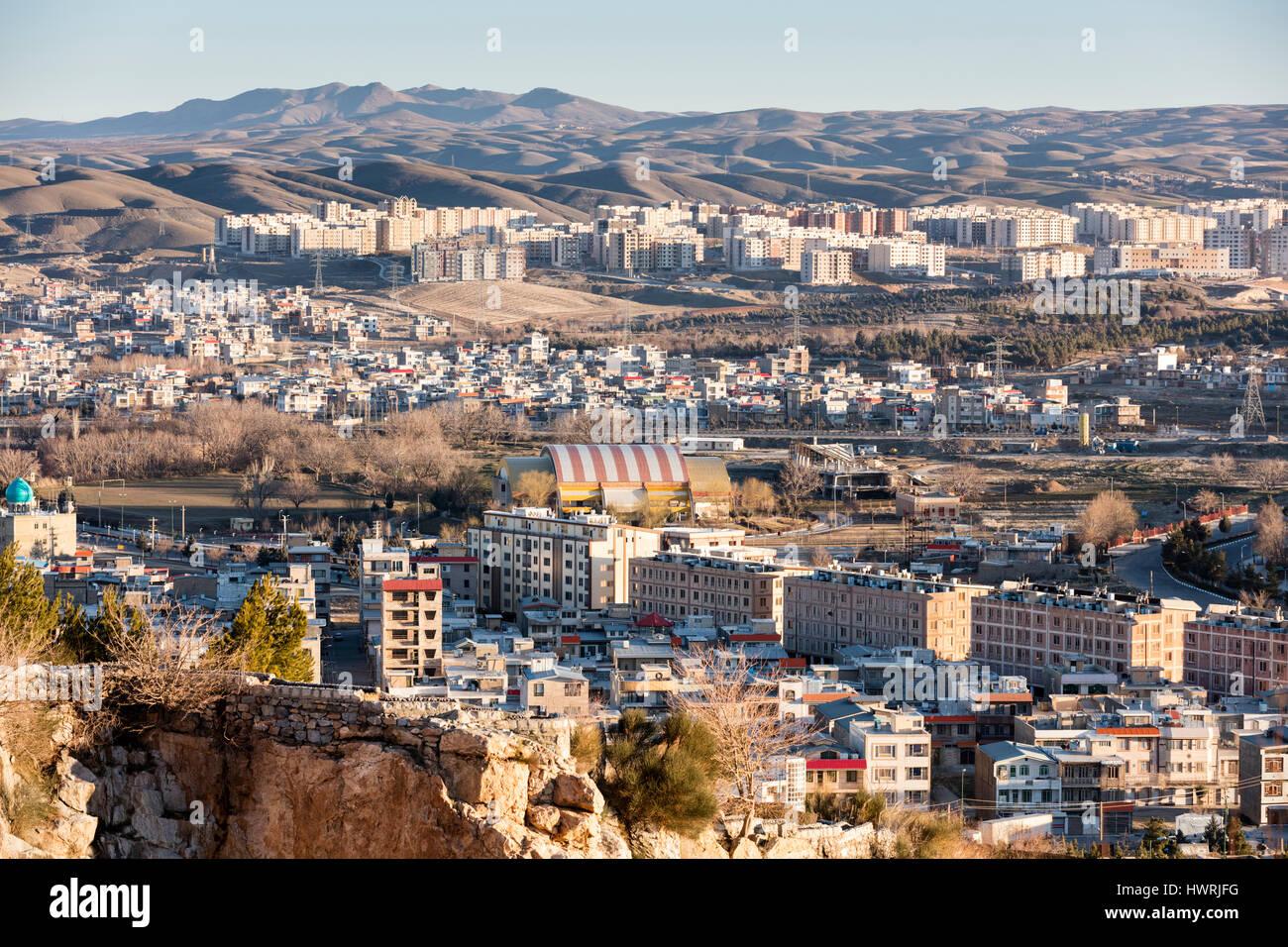 Au début de l'hiver matin colline vue de la ville et les immeubles à appartements, désert namibien Photo Stock