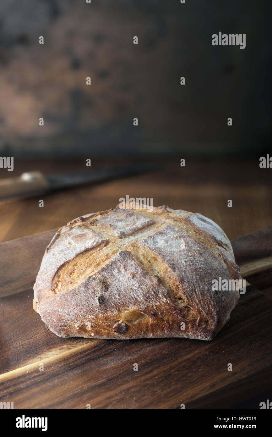 Pain rustique on cutting board Photo Stock