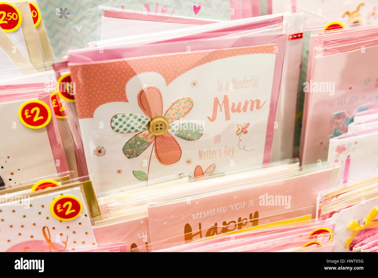 Les cartes de la Fête des mères à vendre dans un supermarché britannique Photo Stock