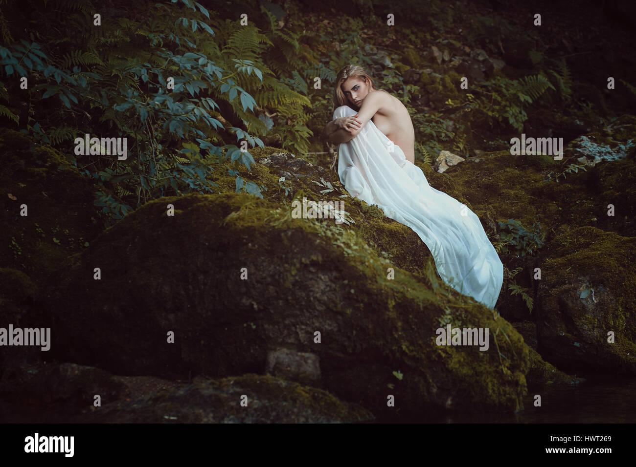 Belle jeune fille à la mère nature Sanctuary. Rêveur et romantique Photo Stock
