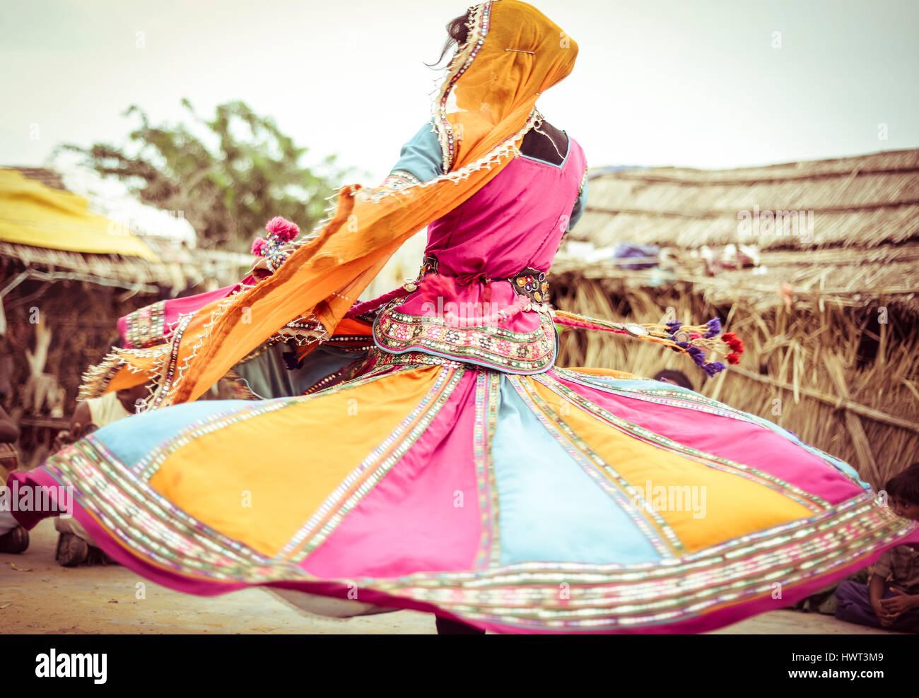 Femme en costume traditionnel dansant sur domaine Photo Stock