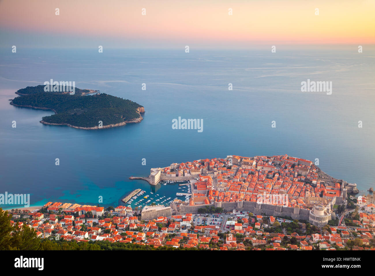 Dubrovnik, Croatie. Belle romantique vieille ville de Dubrovnik pendant le coucher du soleil. Photo Stock