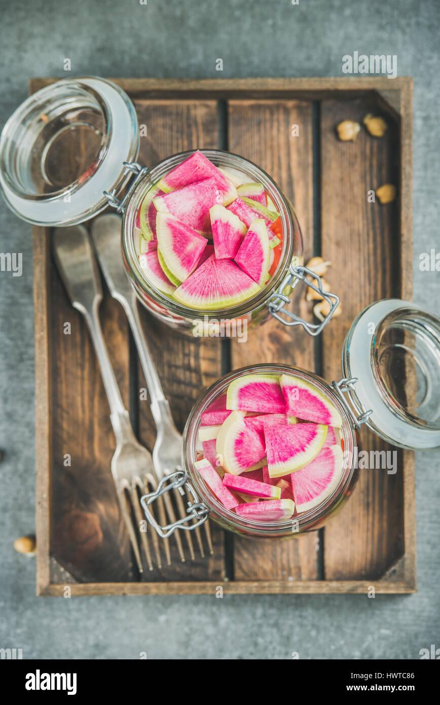 Les légumes et les germes de pois chiches salade vegan dans des bocaux en verre Photo Stock