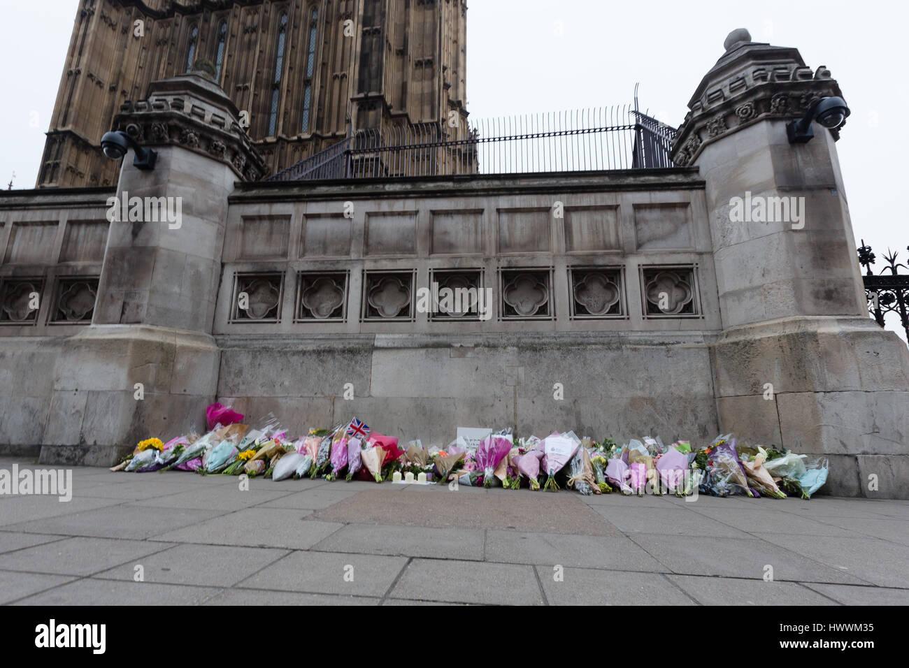 Londres, Royaume-Uni. Le 24 mars 2017. Les fleurs sont placées à l'extérieur du palais de Westminster au centre de Londres après les attaques terroristes du mercredi qui a coûté la vie à quatre victimes innocentes. Credit: Vickie Flores/Alamy Live News Banque D'Images