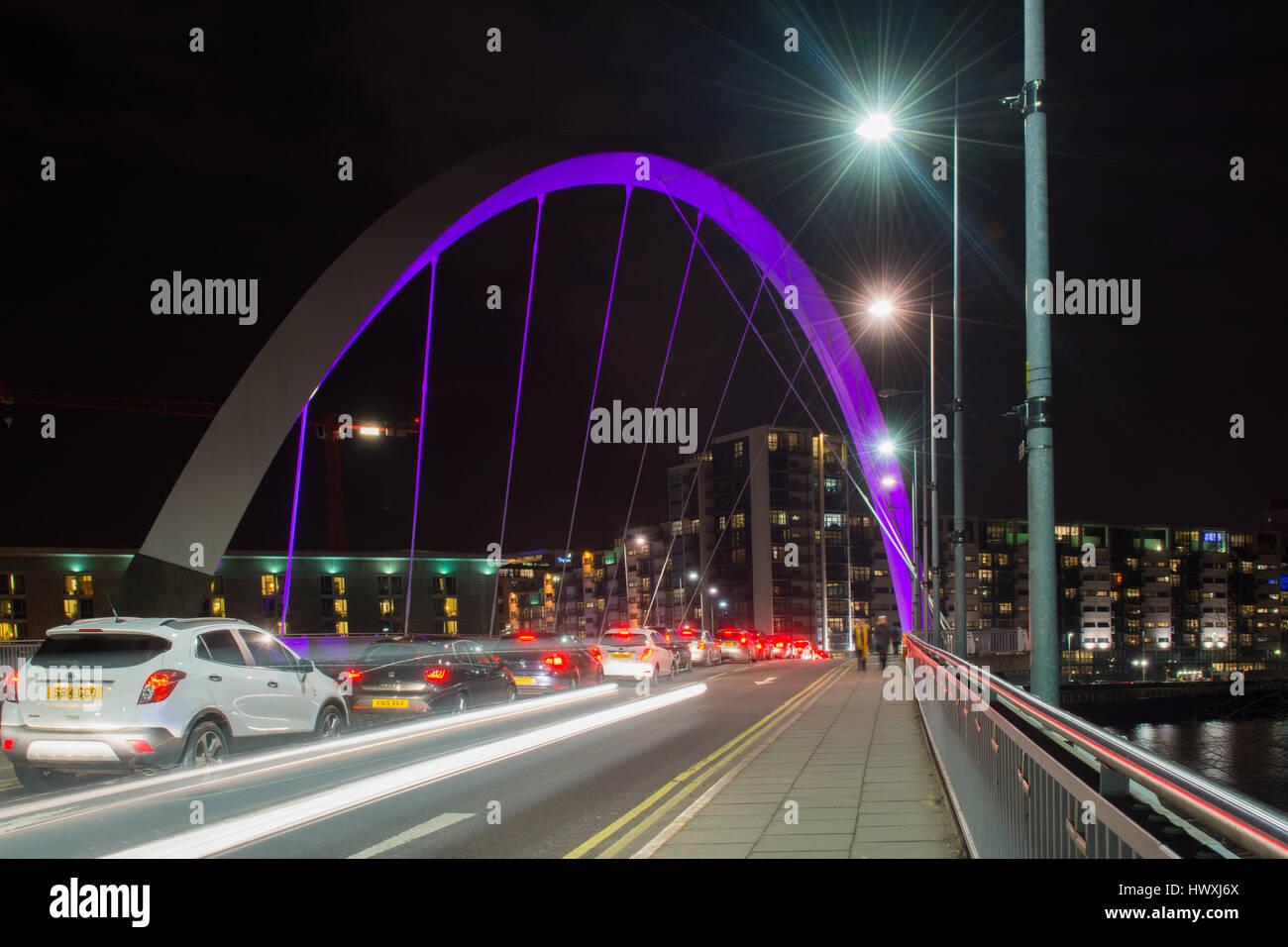 Le Clyde Arc (connu localement comme le Pont aux) - la circulation et les piétons traversant la rivière Clyde dans la nuit Banque D'Images