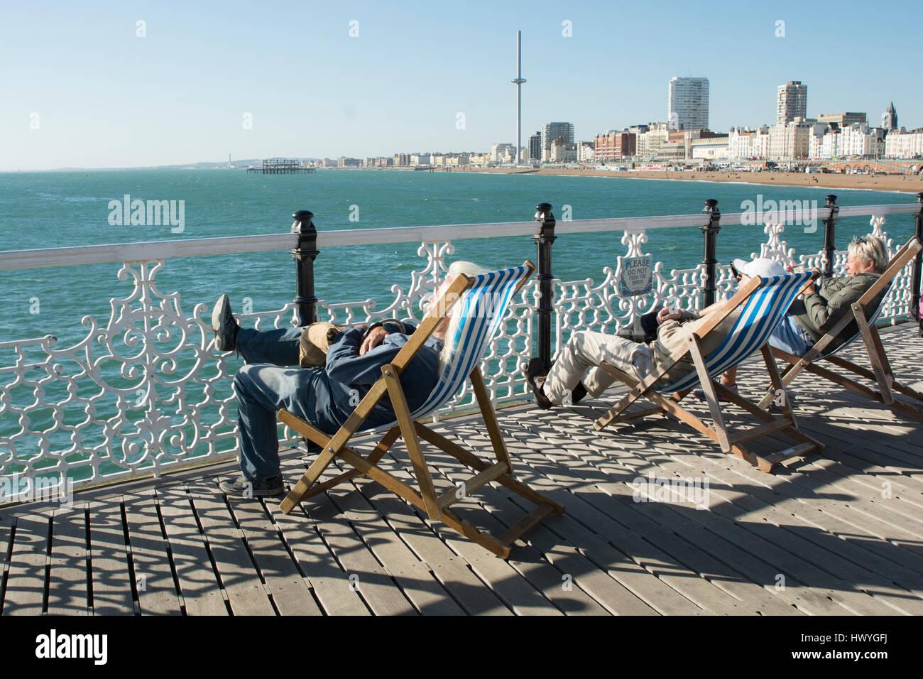 Les retraités sont la détente au soleil sur les pairs de Brighton. Photo Stock