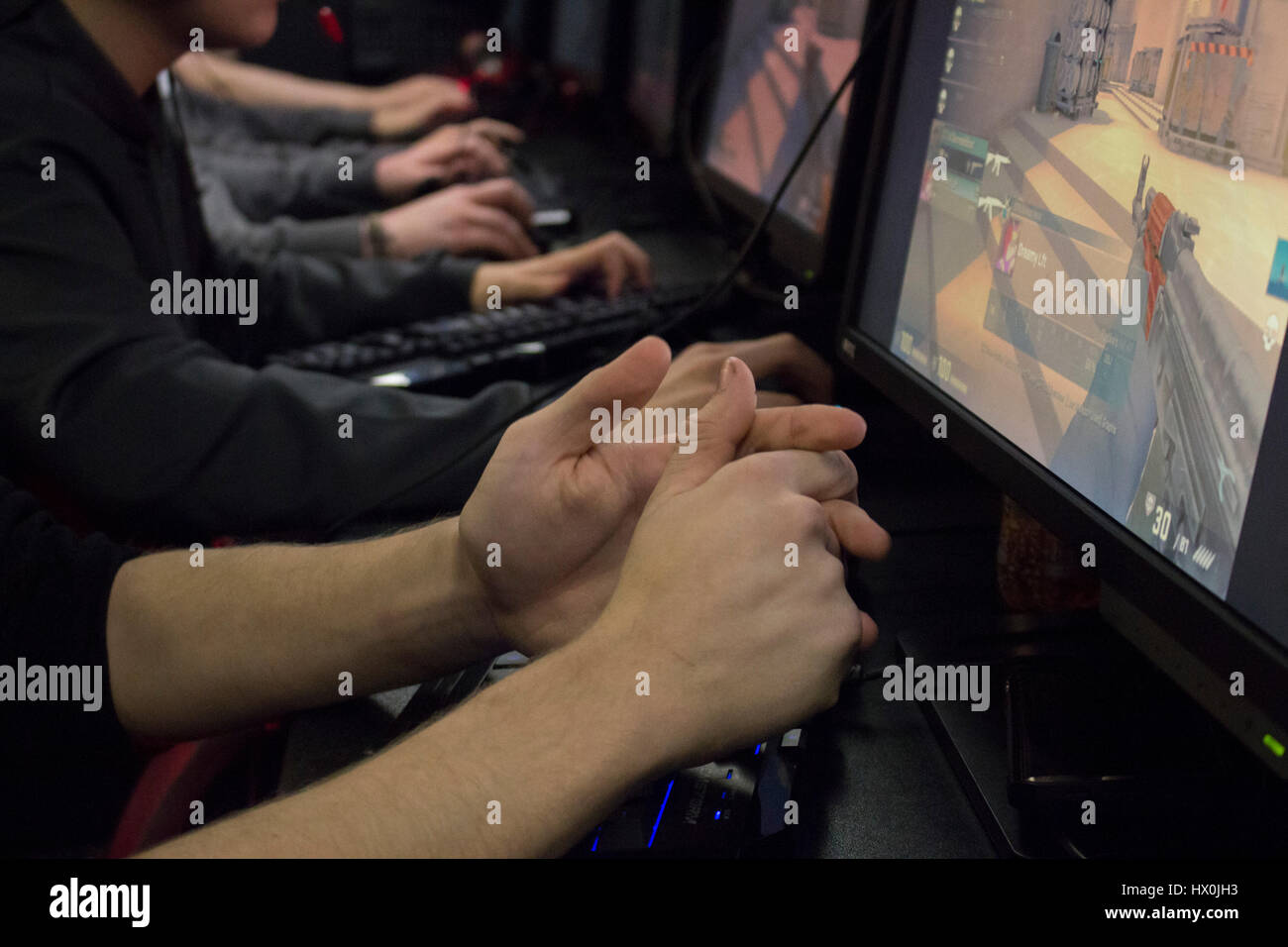 Les équipes jouent en 5V5 Counter Strike global offensive au réseau local talk and surf gaming à Photo Stock