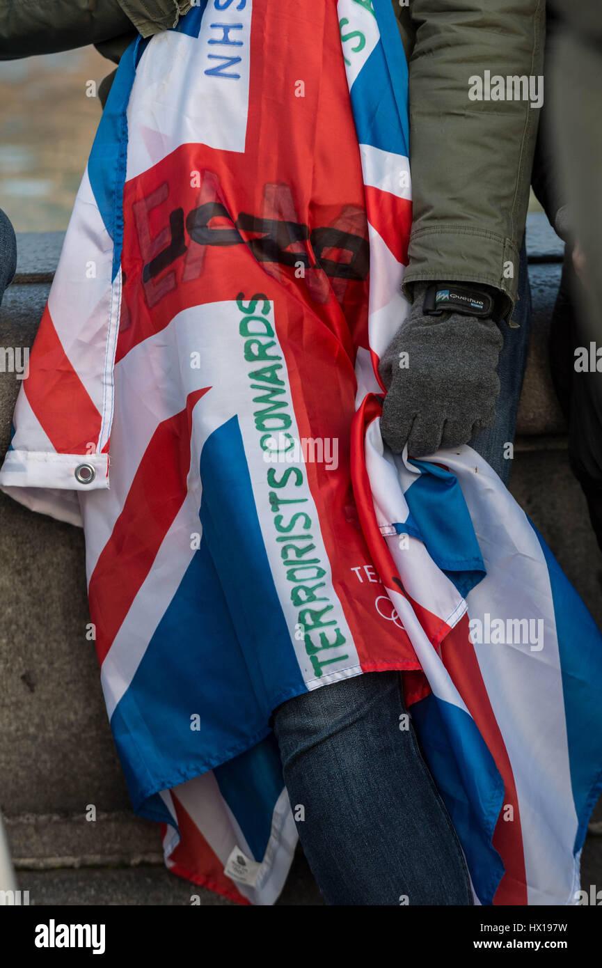 Londres, Royaume-Uni. 23 mars, 2017. Rassembler les foules à Trafalgar Square pour une veillée aux chandelles et une minute de silence en souvenir des victimes de l'attentat le 22 mars 2017 dans la région de Westminster qui a coûté quatre vies y compris un agent de police métropolitaine, PC Keith Palmer. © Guy Josse/Alamy Live News Banque D'Images