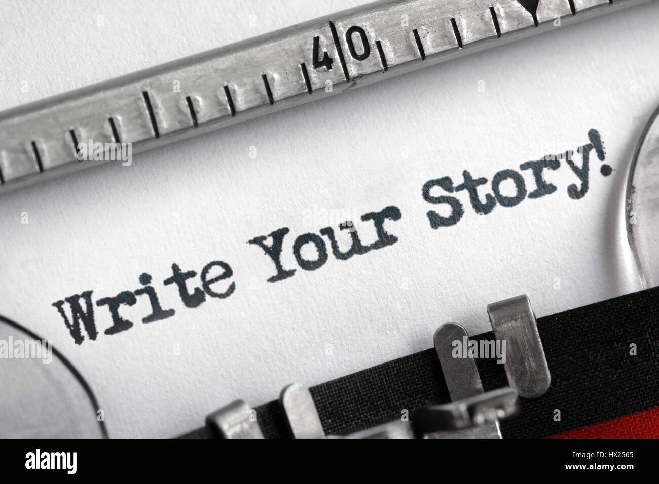 Écrivez votre histoire écrite sur une vieille machine à écrire pour concept unique, particulier Photo Stock