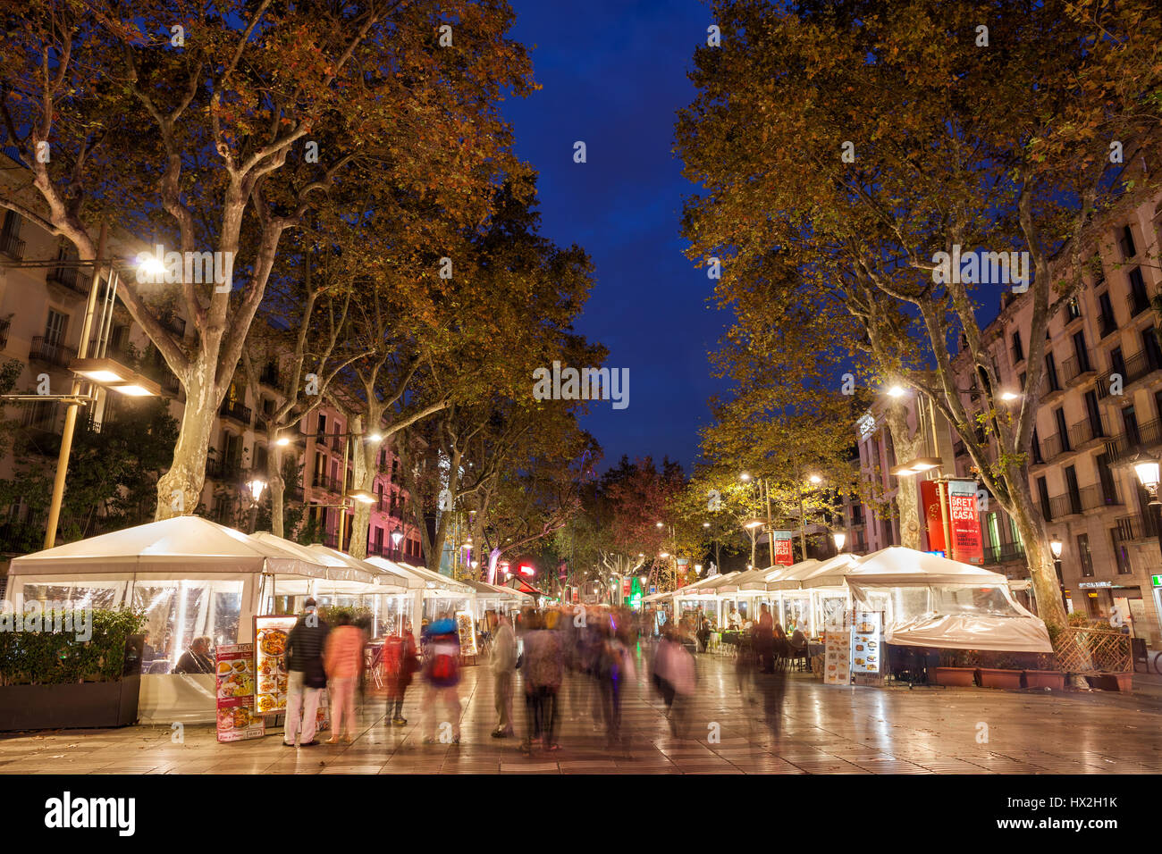 La Rambla (Las Ramblas) boulevard bordé d'arbres sorcière cafés la nuit à Barcelone, ville historique et principale rue piétonne, la promenade, la Catalogne, Espagne Banque D'Images
