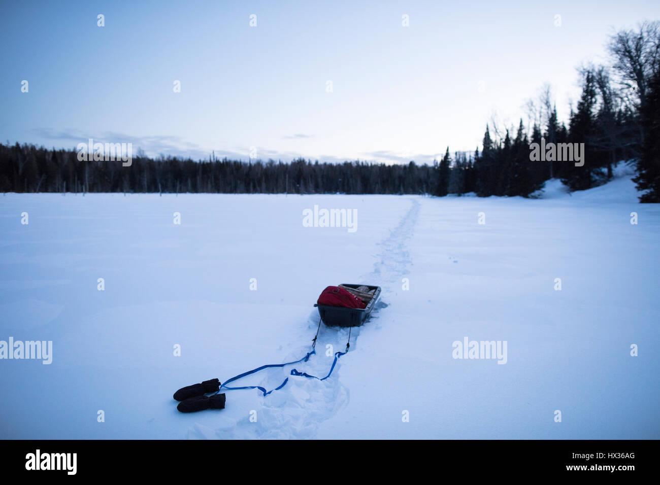 ONTARIO, CANADA - 10 Février 2017: un traîneau avec des fournitures tout en raquette sur un lac Photo Stock
