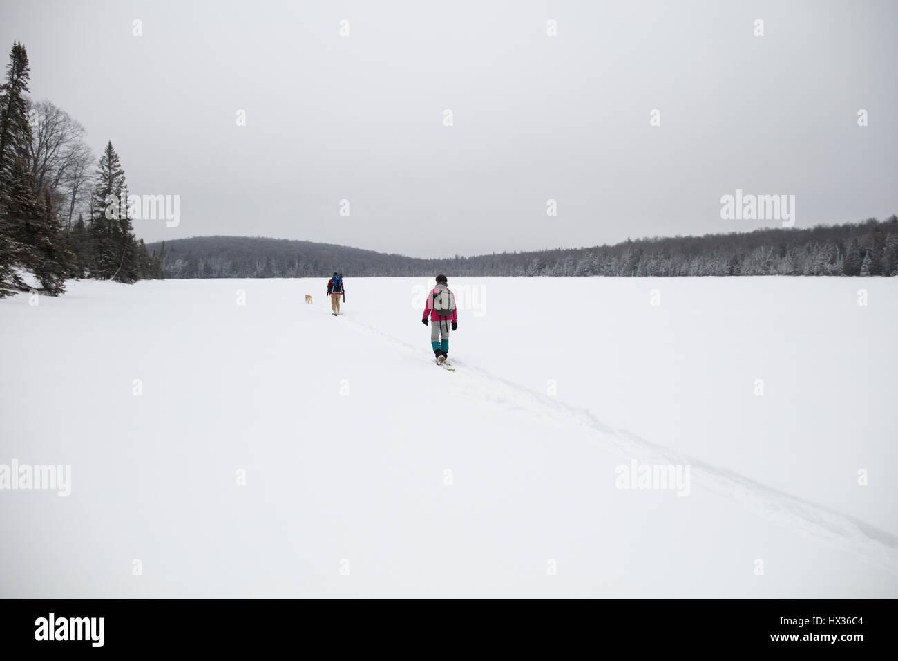 ONTARIO, CANADA - 11 Février 2017: deux adultes de la raquette sur un lac gelé en hiver. ( Photographe Photo Stock