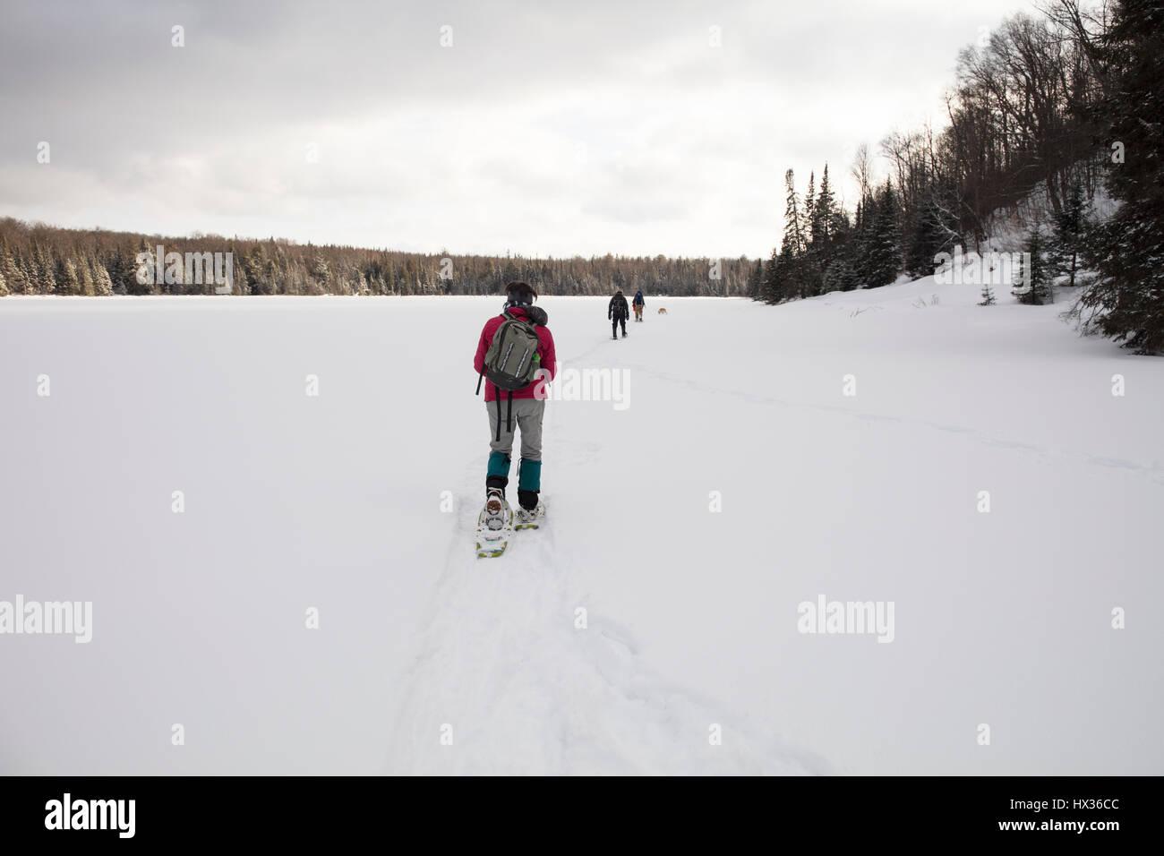 ONTARIO, CANADA - 11 Février 2017: trois adultes de la raquette sur un lac gelé en hiver. ( Photographe Photo Stock
