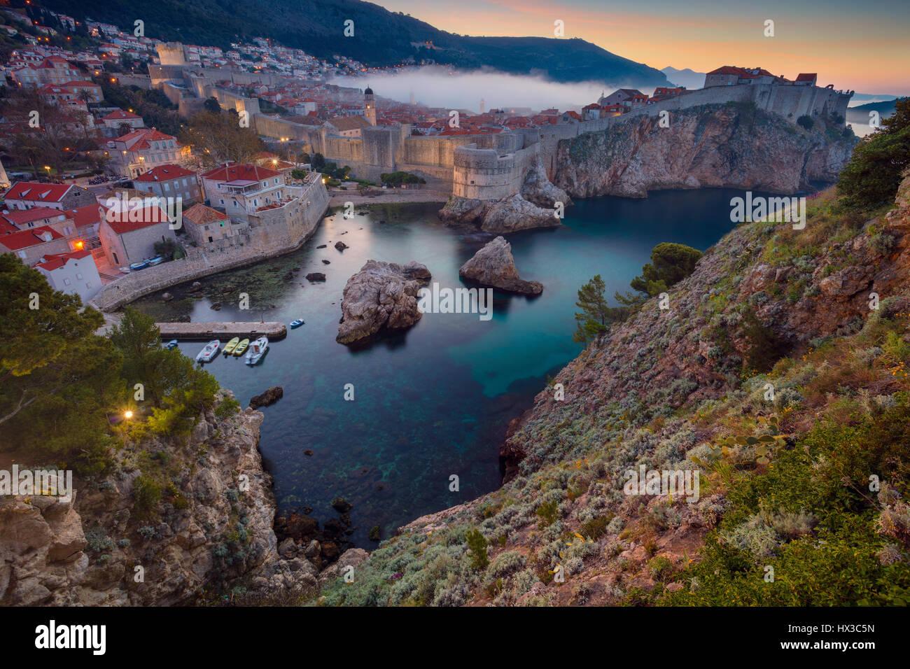 Dubrovnik, Croatie. Belle romantique vieille ville de Dubrovnik pendant le lever du soleil. Photo Stock