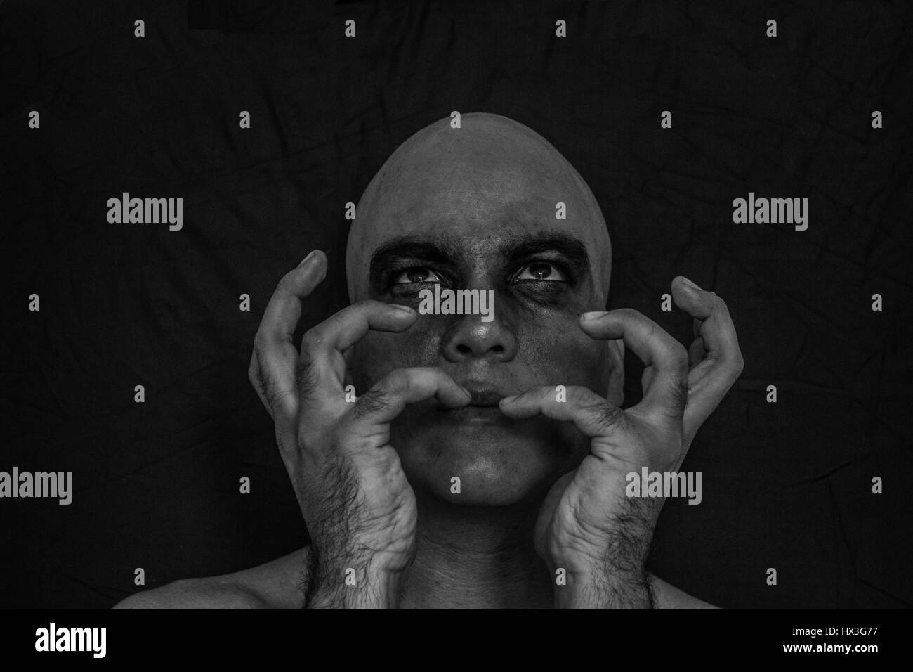 Le noir et blanc d'un homme avec du maquillage sur ses yeux Photo Stock
