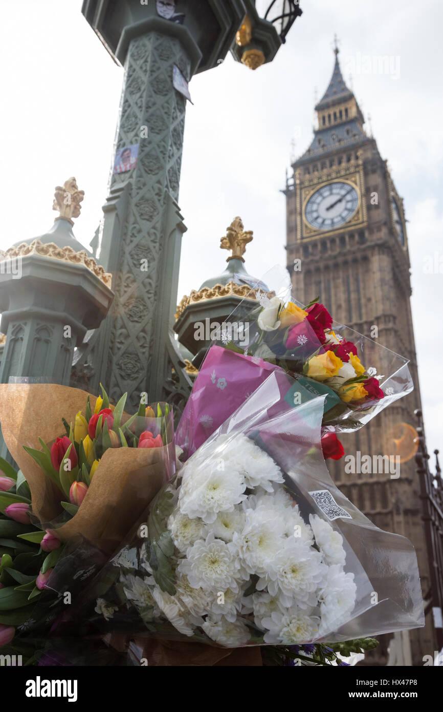 Londres, Royaume-Uni. 24Th Mar, 2017. Les Londoniens laisser tributs floraux pour les victimes de l'attaque terroriste sur le pont de Westminster. Credit: Bettina Strenske/Alamy Live News Banque D'Images