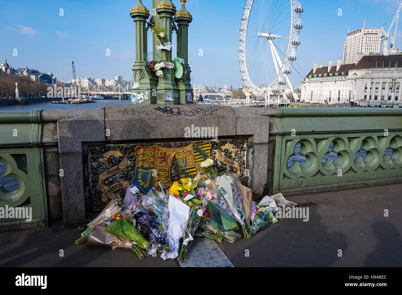 Londres, Royaume-Uni. 24 mars, 2017. Tributs floraux pour les victimes sur le pont de Westminster après l'attaque terroriste. Credit: Marcin Rogozinski/Alamy Live News Banque D'Images
