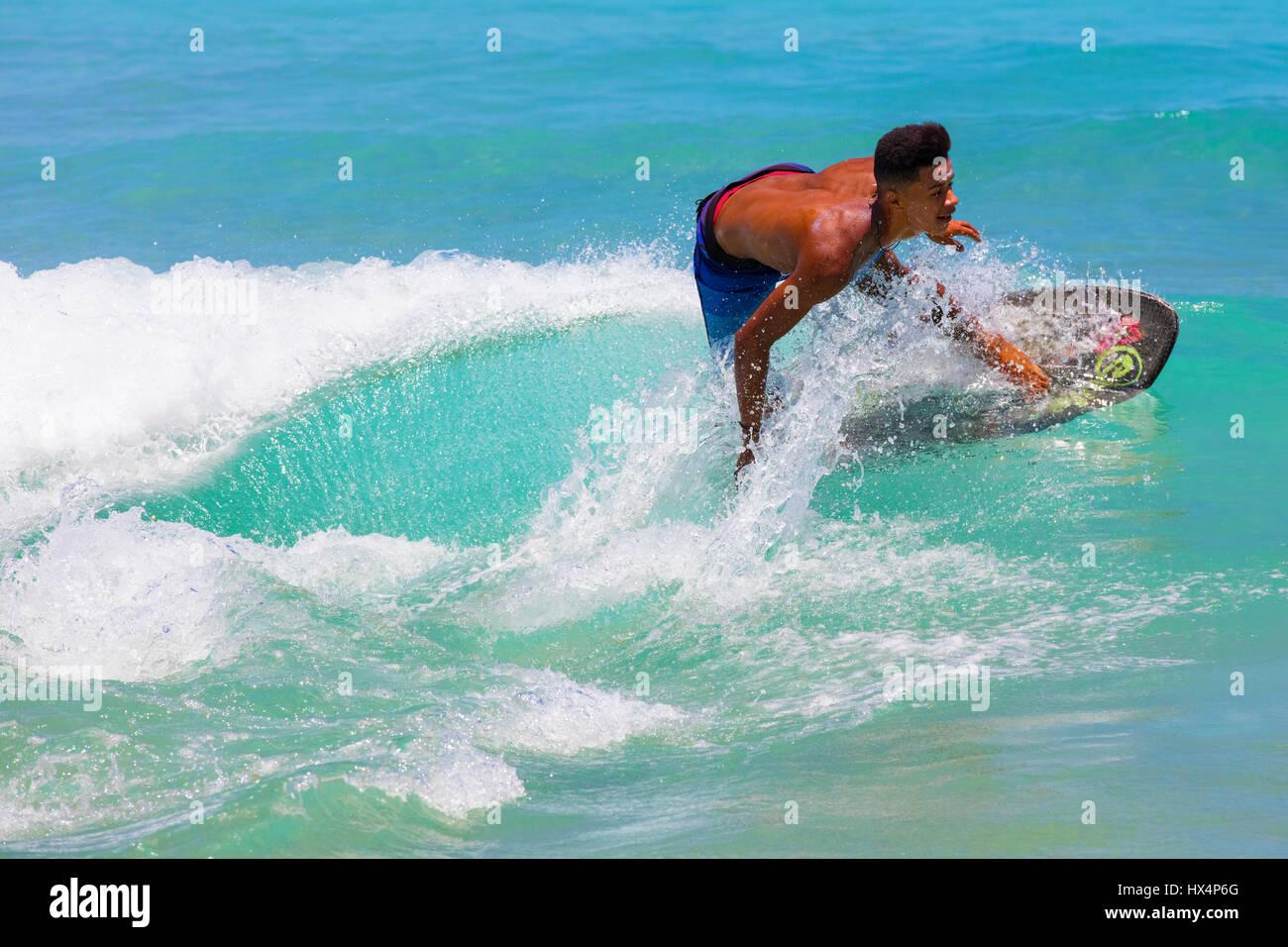 Jeune surfer à proximité de plage de Lopes Mendes. Ilha Grande, RJ, Brésil. Photo Stock