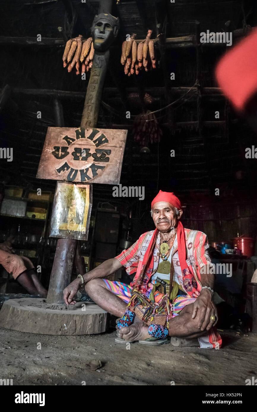 Portrait de Mateos Anin, chef traditionnel de Mollo dans Fatumnasi village, au Timor occidental, en Indonésie. Photo Stock