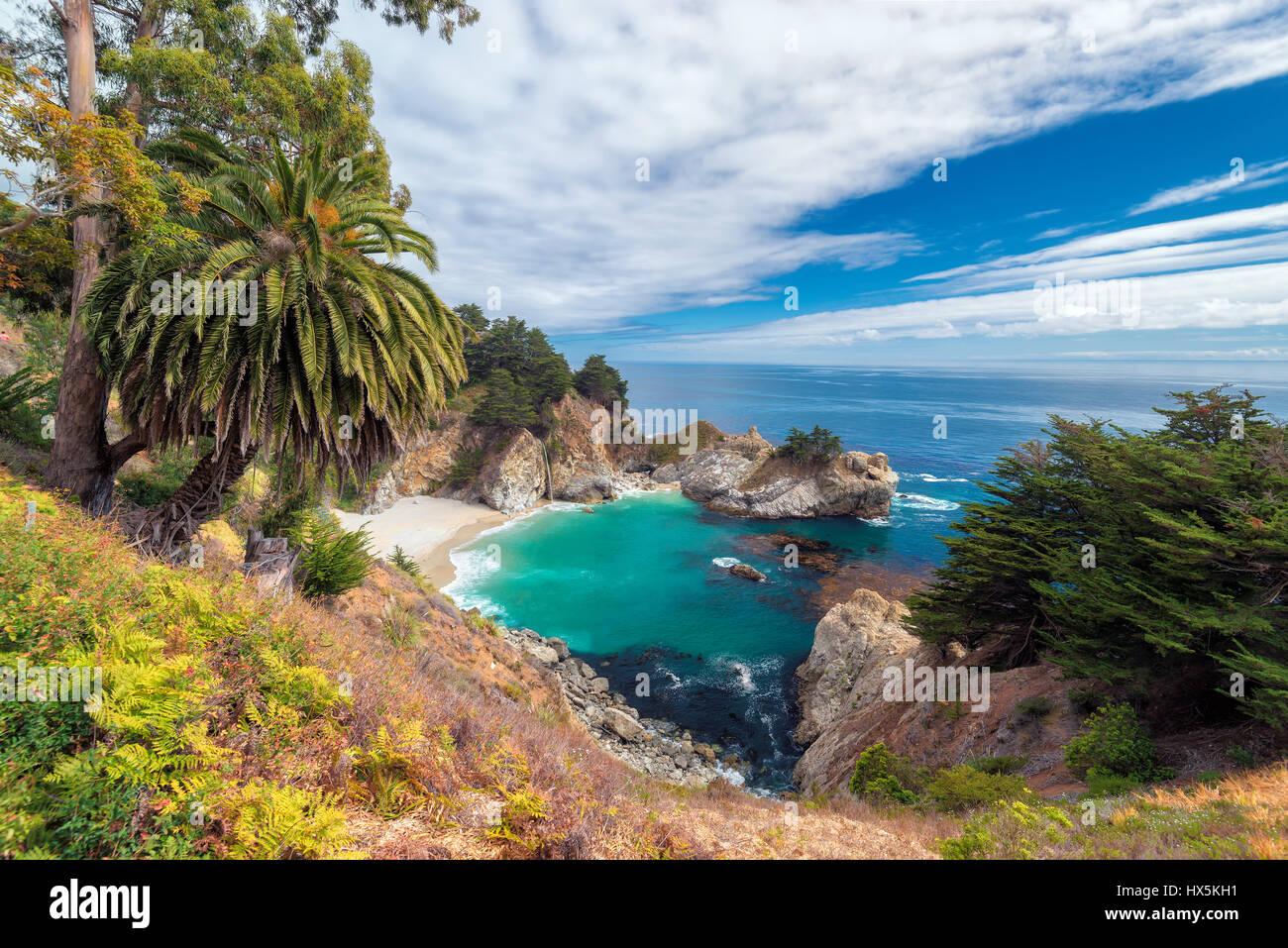 California Beach et chutes, Julia Pfeiffer Beach, McWay Falls. Photo Stock