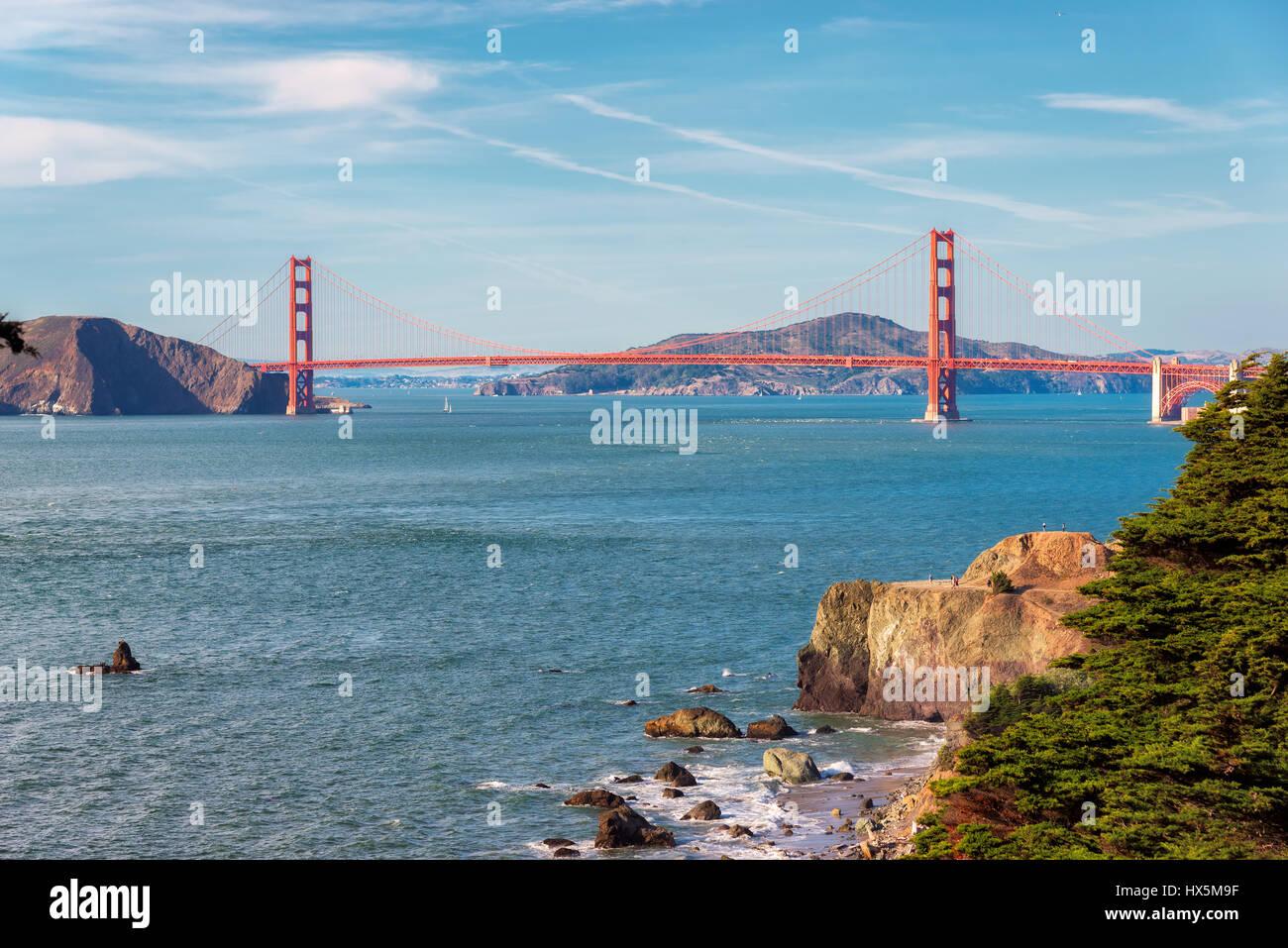 Plage de San Francisco et le Golden Gate Bridge au lever du soleil, en Californie. Photo Stock