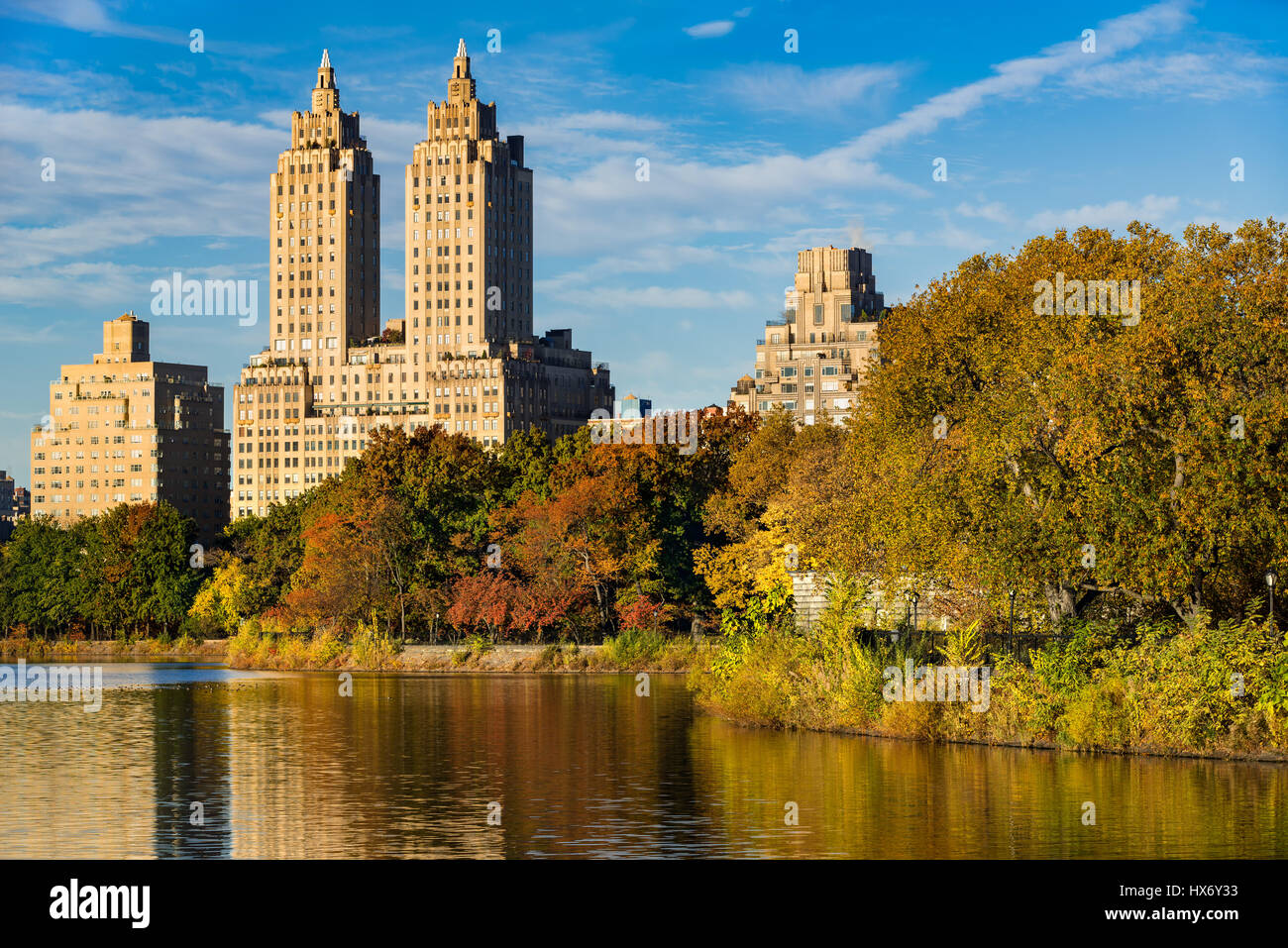 Vue sur les bâtiments de l'Upper West Side et Central Park en automne. Jacqueline Kennedy Onassis Reservoir, Photo Stock