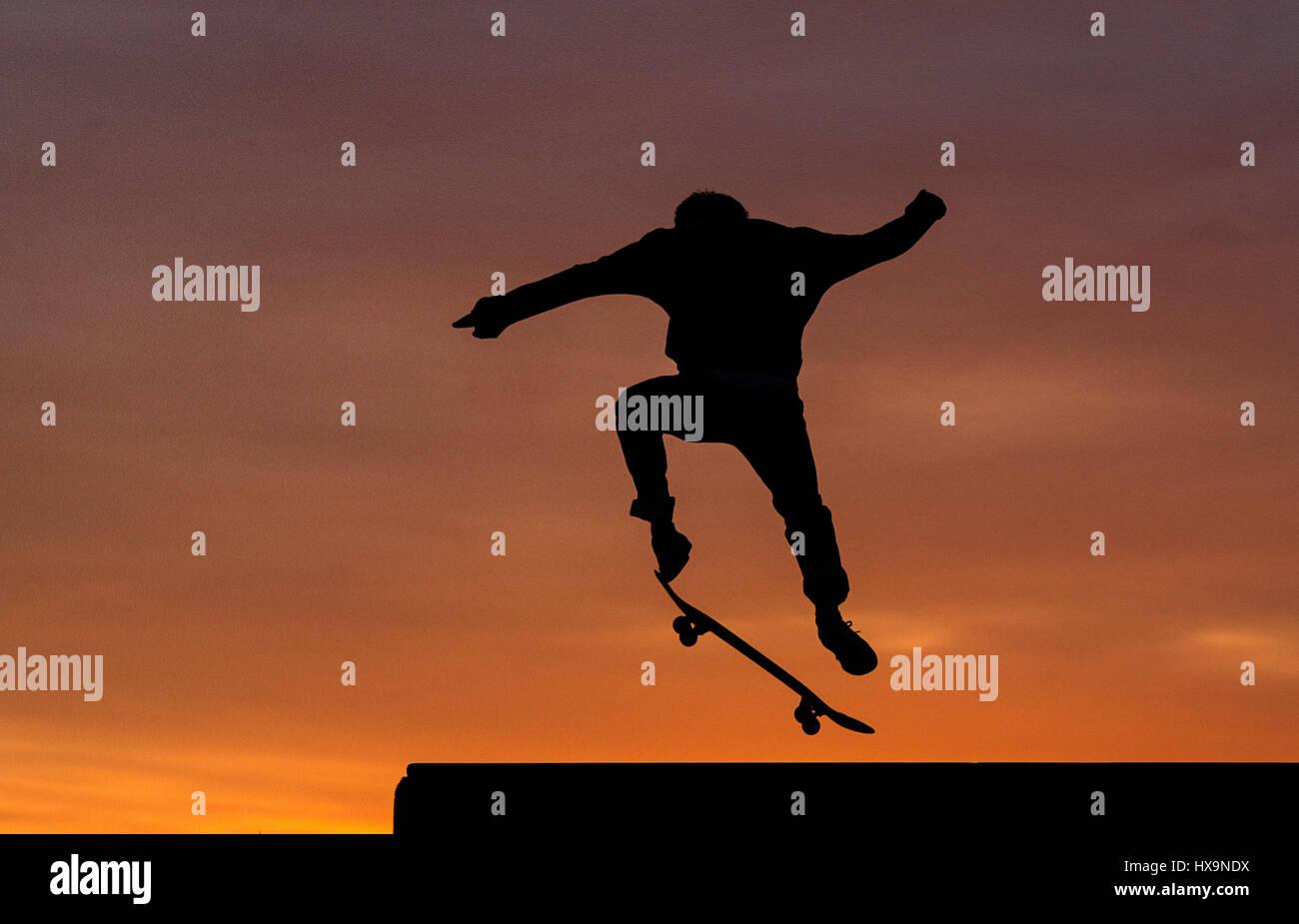 Berlin, Allemagne. Mar 25, 2017. Un patineur en action au coucher du soleil à Tempelhofer Feld (lit. Sur le Photo Stock