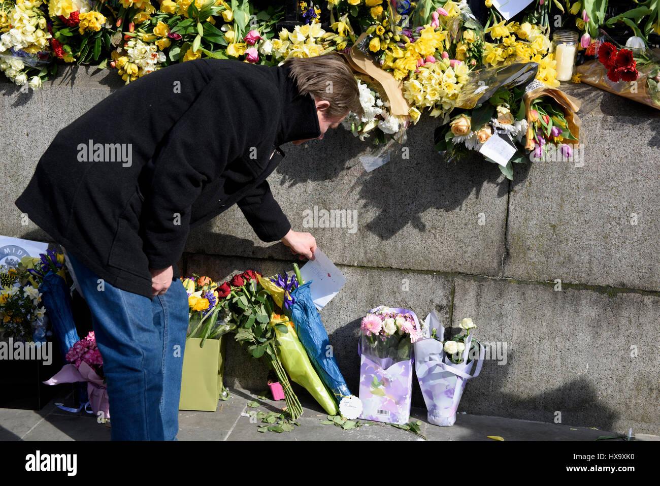 25 Mar 2017. Les gens quittant tributs floraux et des messages pour l'attaque terroriste de Westminster victimes au cours de l'unir pour l'Europe de mars à Londres, Royaume-Uni. Banque D'Images