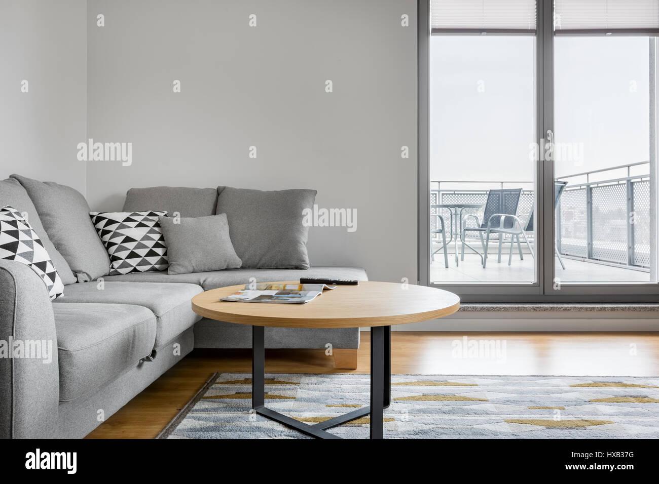 canap gris avec des oreillers de luxe lgant dans un salon avec de grandes fentres et terrasse