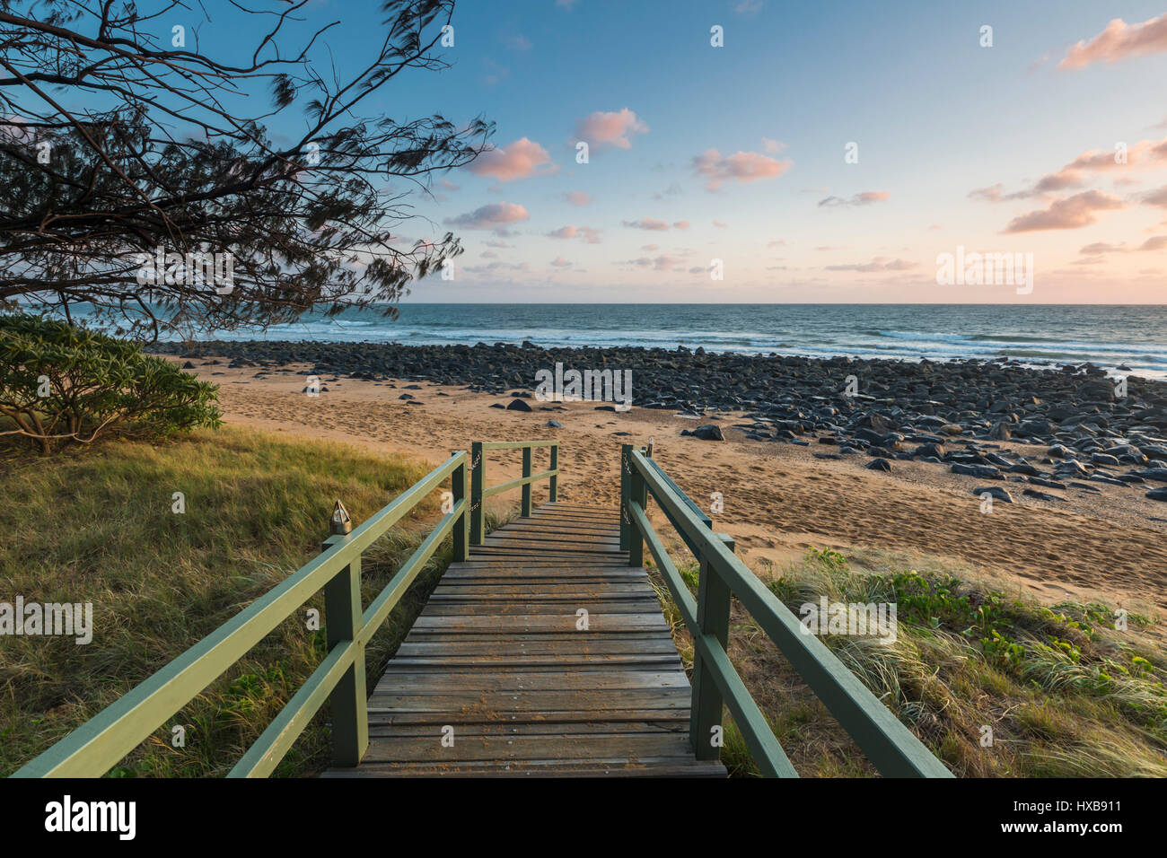 Vue vers le bas chemin vers Mon Repos beach à l'aube. Bundaberg, Queensland, Australie Photo Stock