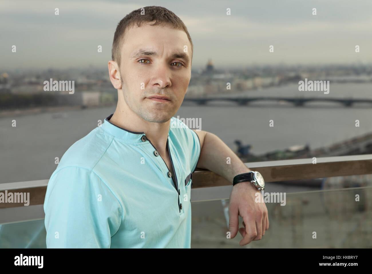 Un jeune homme de 27 ans, de race blanche, slave, russe, vêtu d'une chemise turquoise horizontale avec Photo Stock