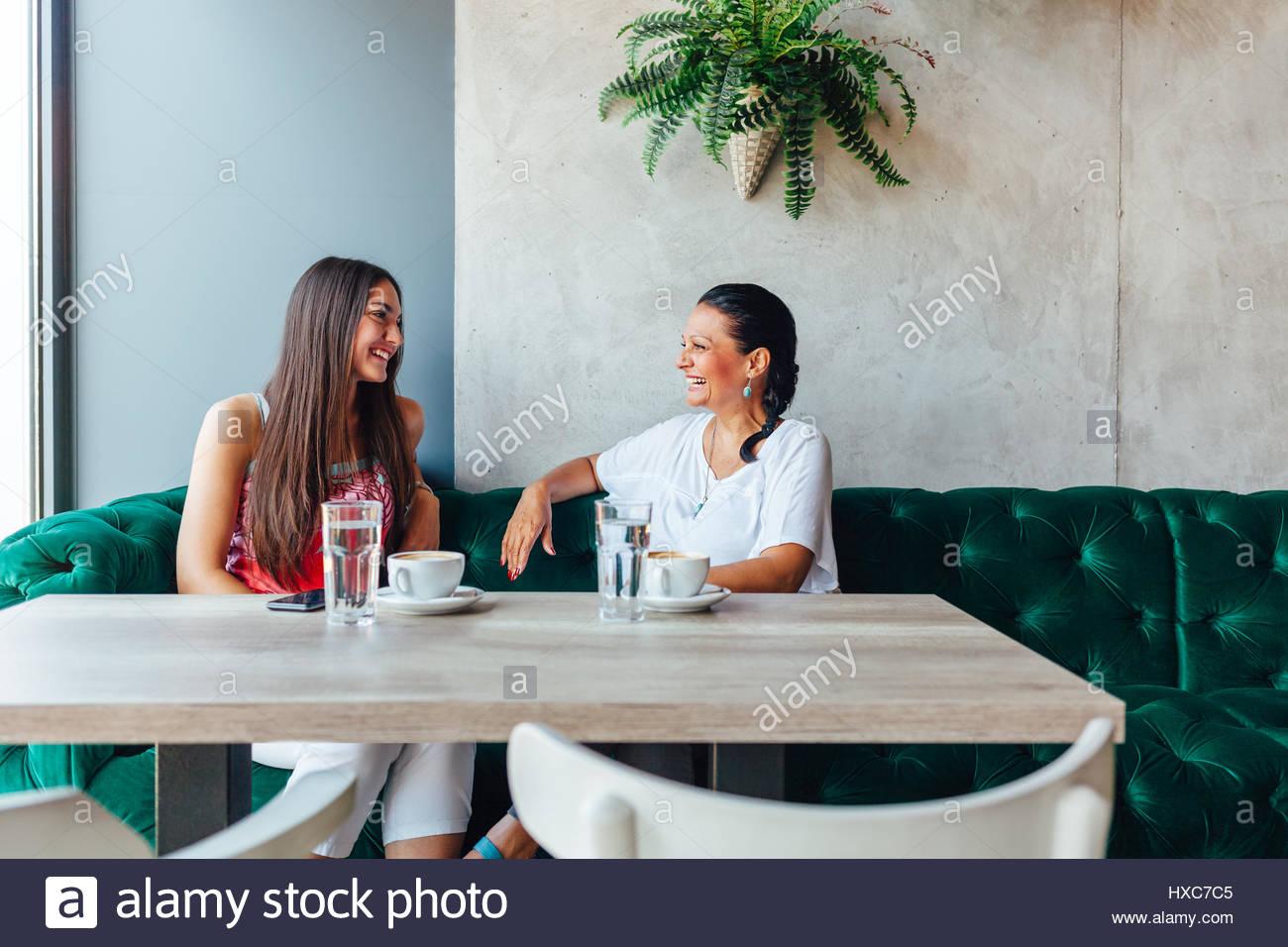 Deux professionnels des femmes qui parlent dans le café. De femme et de sa fille adulte boire du café Photo Stock
