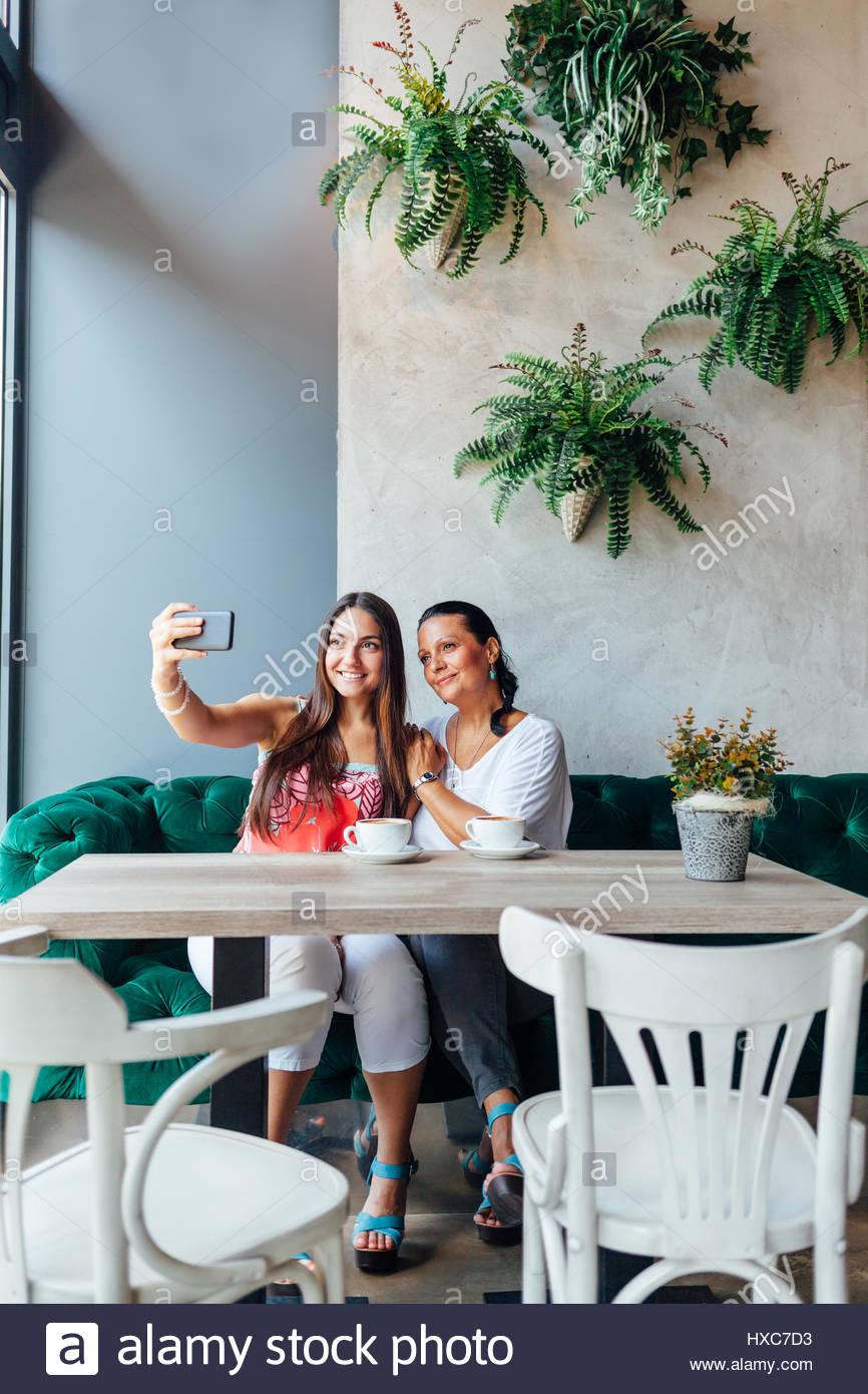 Mère et fille de décisions dans un café selfies. La fête des mères. Photo Stock