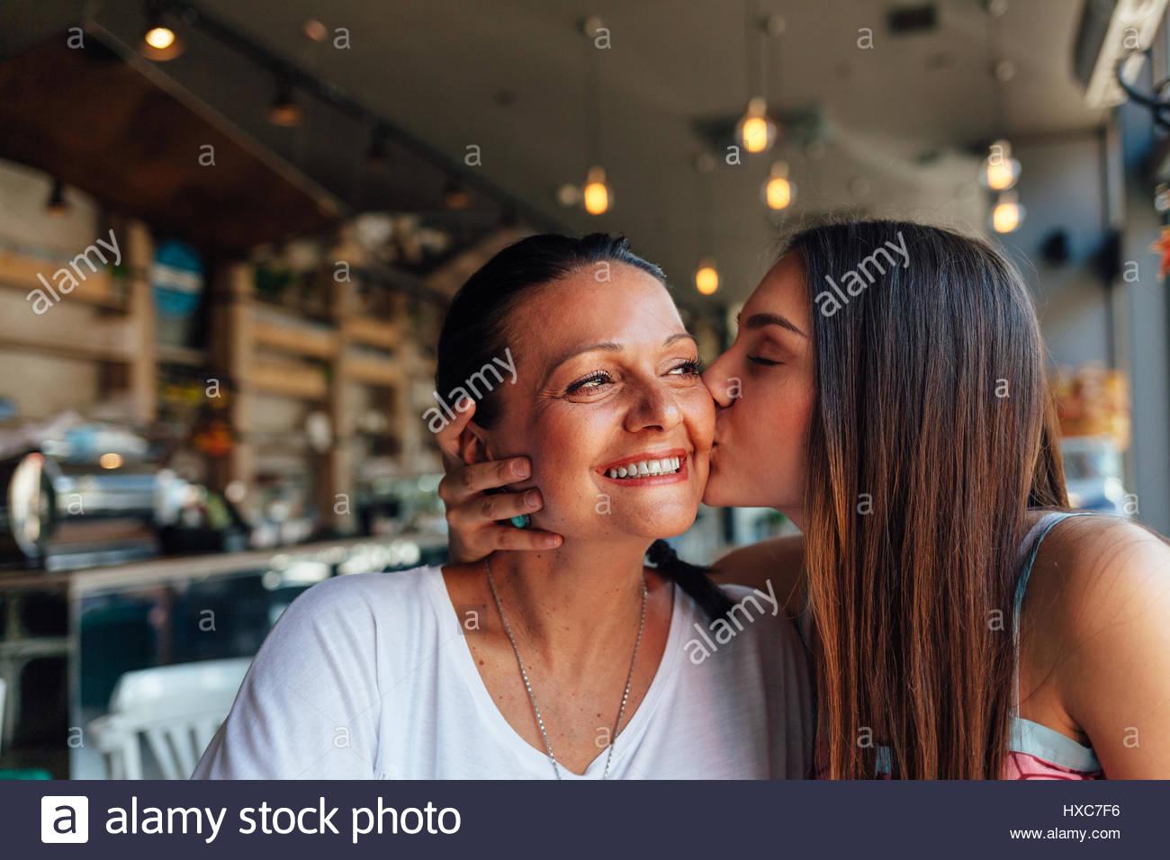 Amour de mère et fille. Heureux les femmes dans un café sympa avec copie espace sur fond flou. De femme Photo Stock