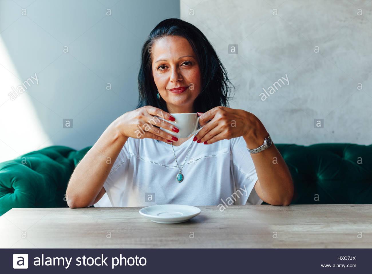 Portrait de belle femme d'âge moyen dans un café Photo Stock