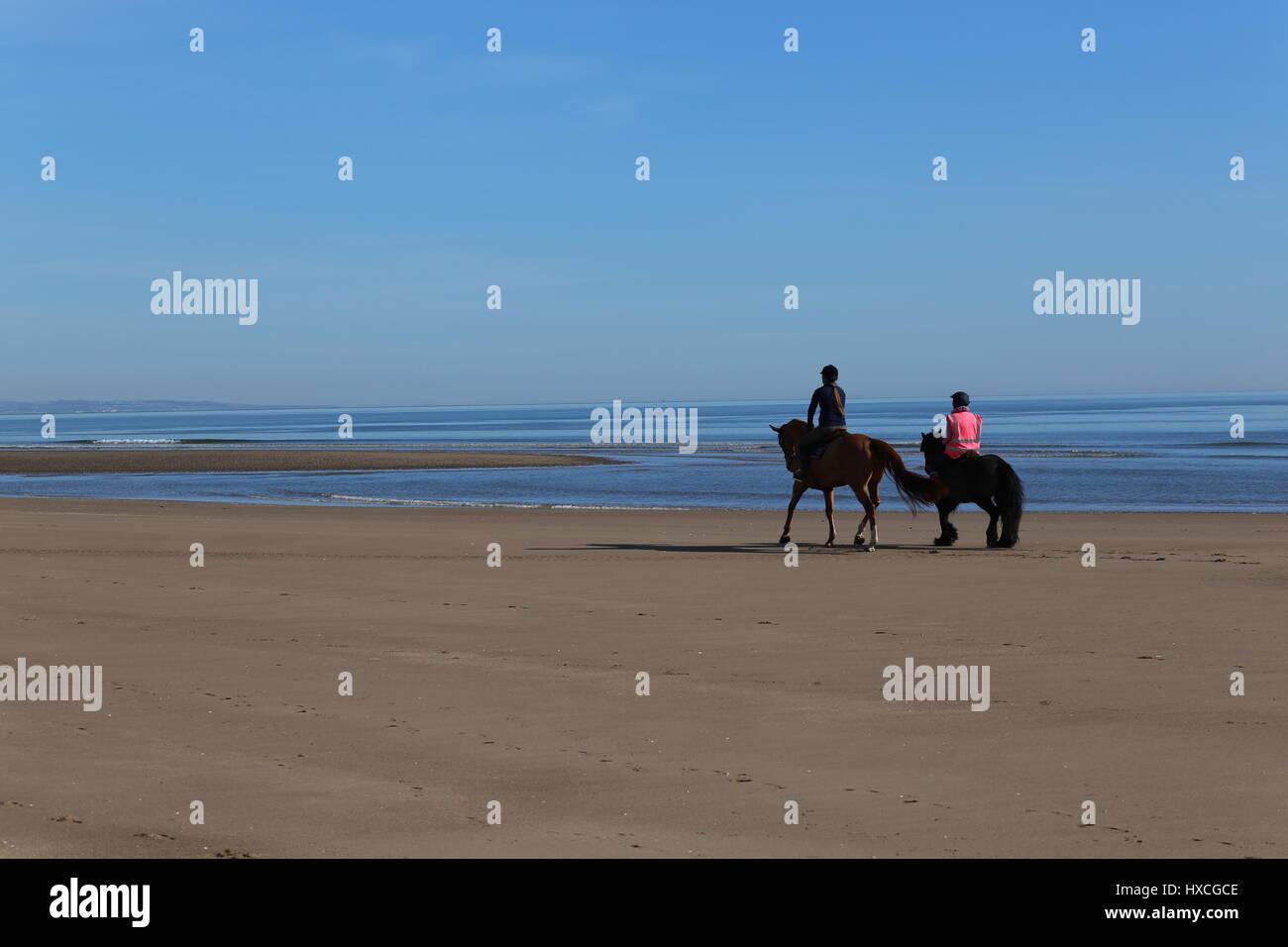Les cavaliers sur la plage de Tentsmuir Fife Ecosse Mars 2017 Photo Stock ef0790ccab11