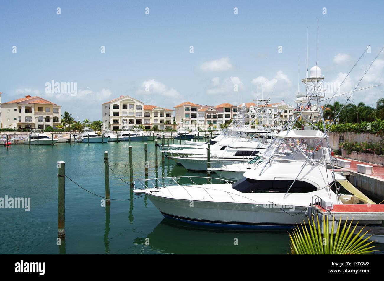 Yachts au riche le dock, des Caraïbes, la République dominicaine, Punta Cana région Banque D'Images