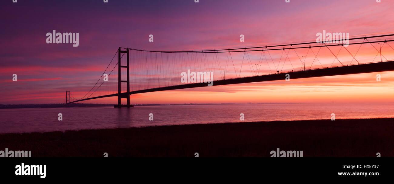 Barton-upon-Humber, Nord du Lincolnshire, au Royaume-Uni. 26 mars 2017. Le Humber Bridge au lever du soleil. Banque D'Images
