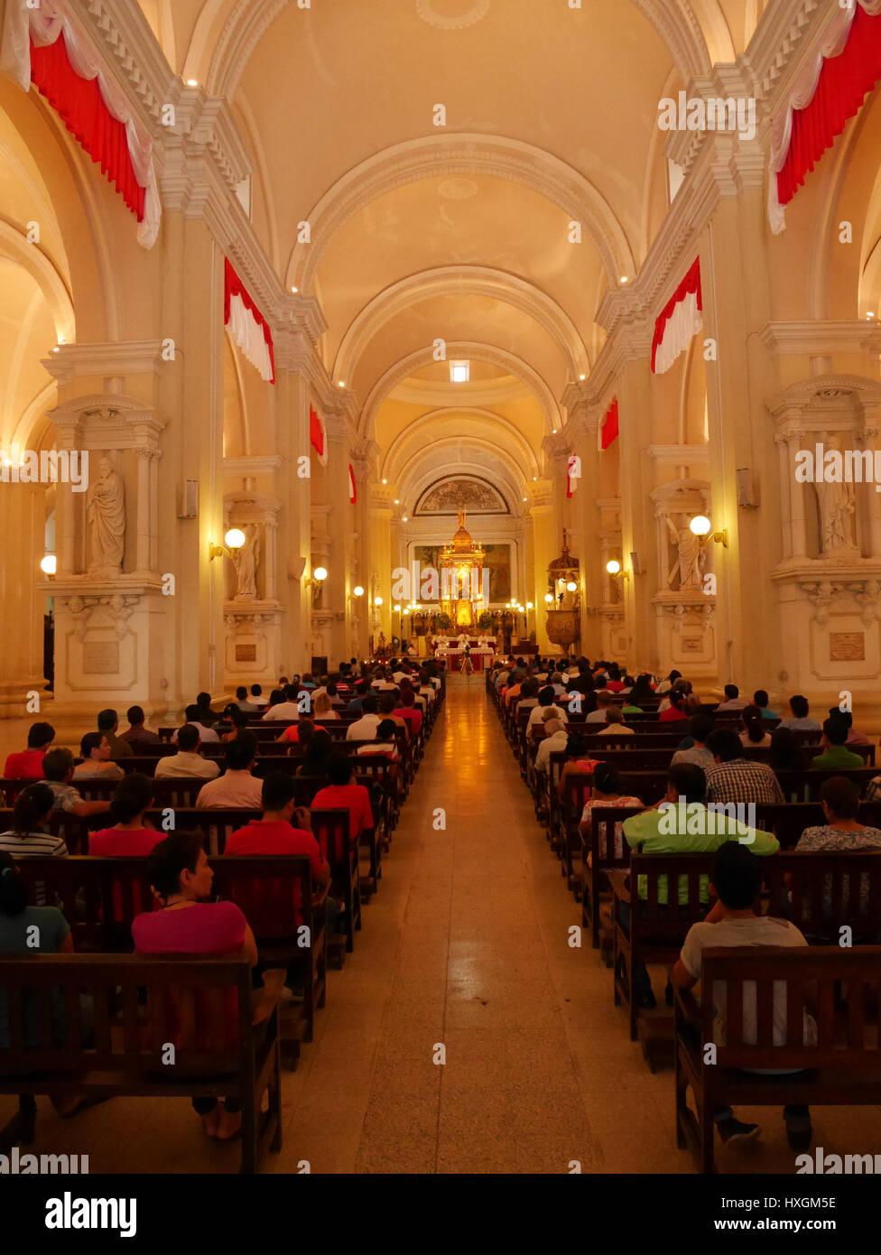 a lintrieur de lglise pendant la messe au nicaragua lengorgement des gens prier clbrer