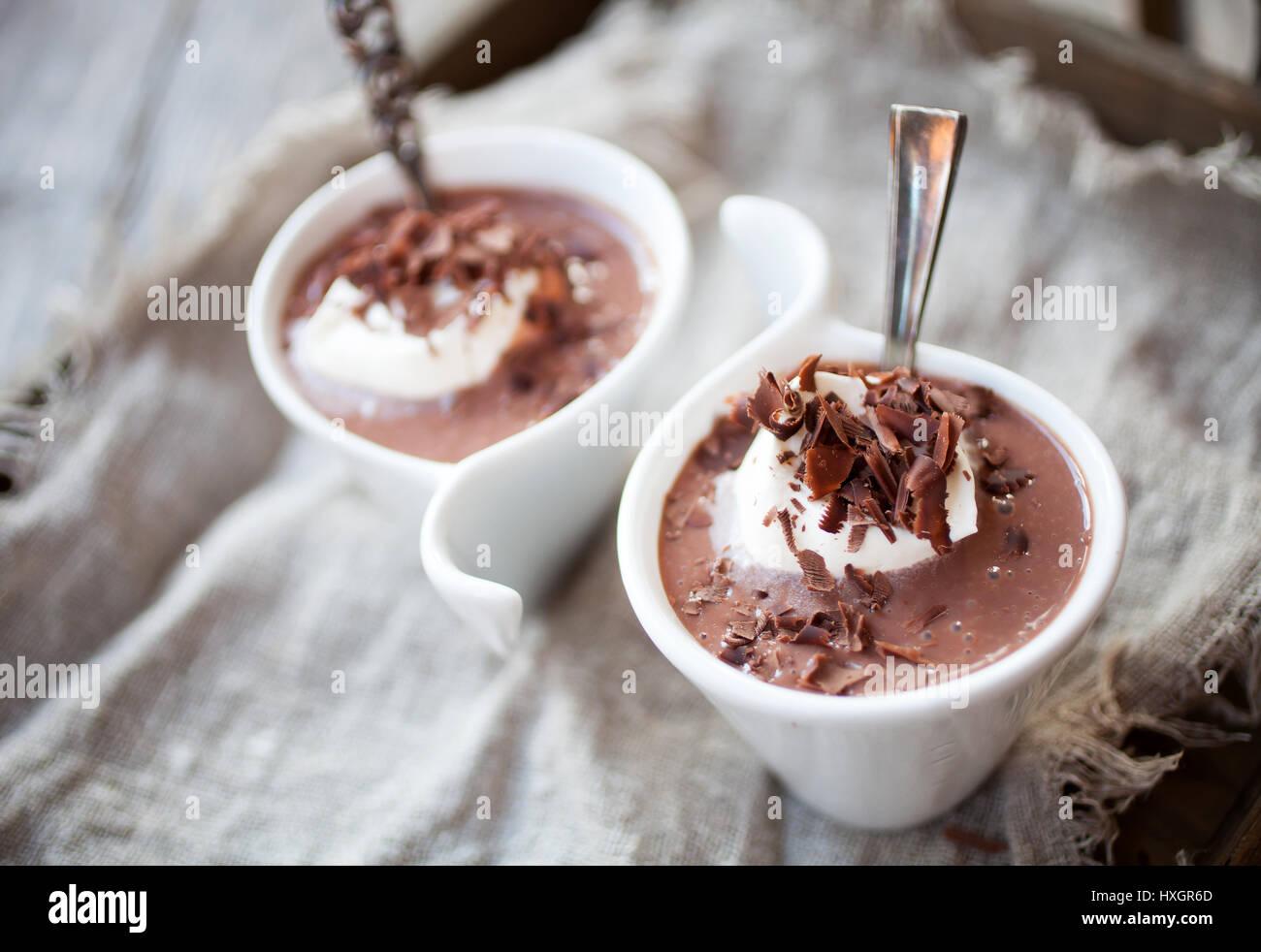 Pudding au chocolat avec crème fouettée et de chocolat Banque D'Images