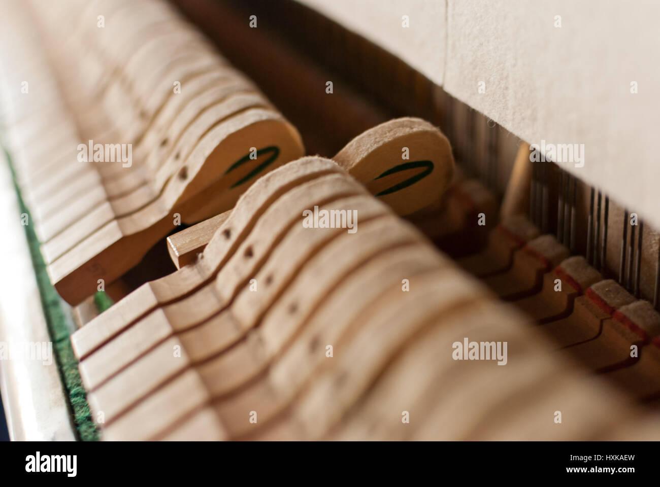 Piano noir verticale détails marteau Banque D'Images