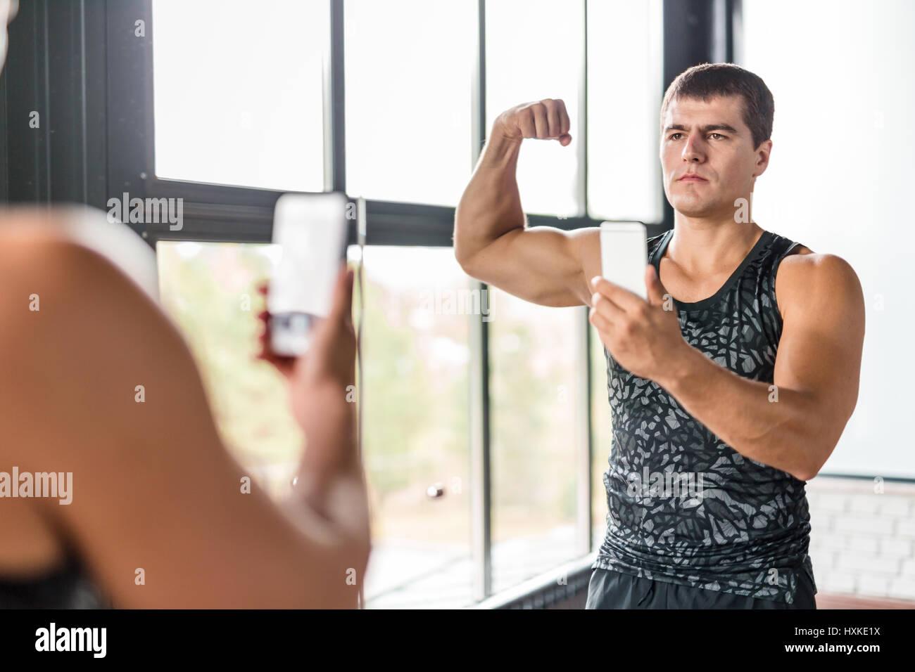 L homme musclé en tenant en Selfies Sport Banque D Images 64d5420be22
