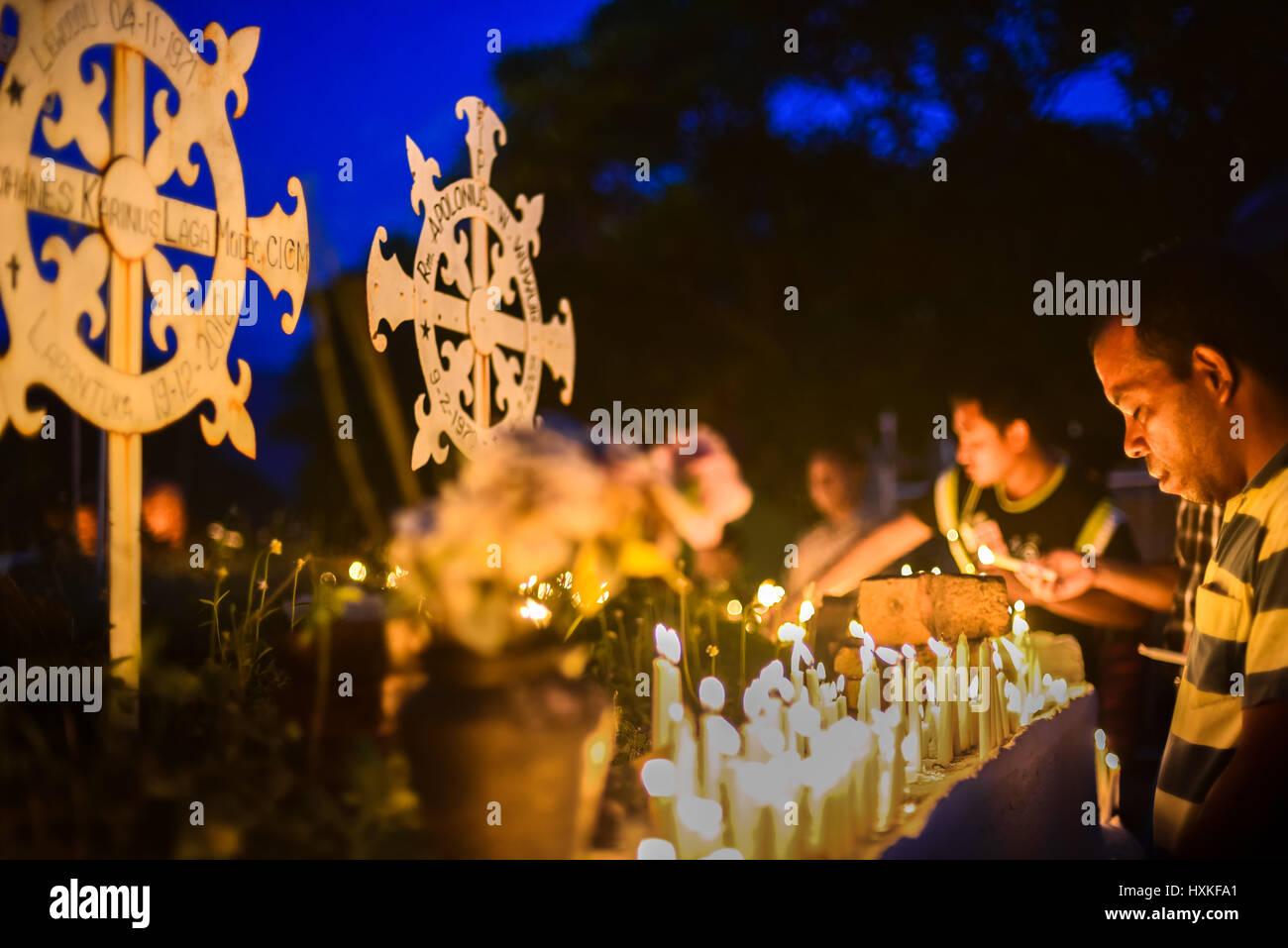 Pèlerins priant au cimetière de la cathédrale dans le cadre de la Semana Santa (Semaine sainte célébration) Photo Stock
