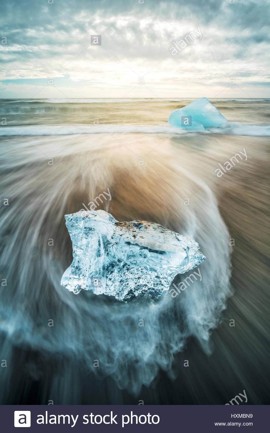 De la glace sur la plage près de lagon Jökulsárlón dans le sud de l'Islande Photo Stock