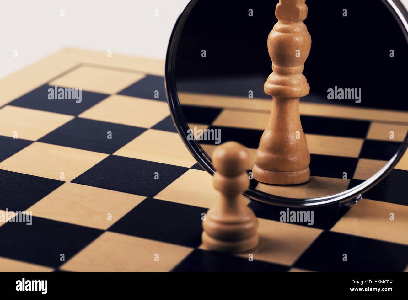 Le leadership, la confiance et l'imagination concept - réflexion dans le miroir Photo Stock