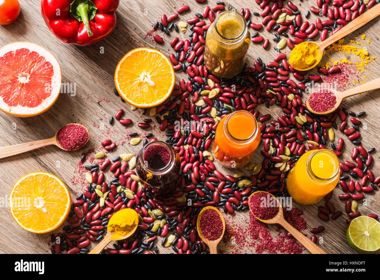 Régime alimentaire de désintoxication. Des jus de fruits colorés différents. Vue de dessus Photo Stock