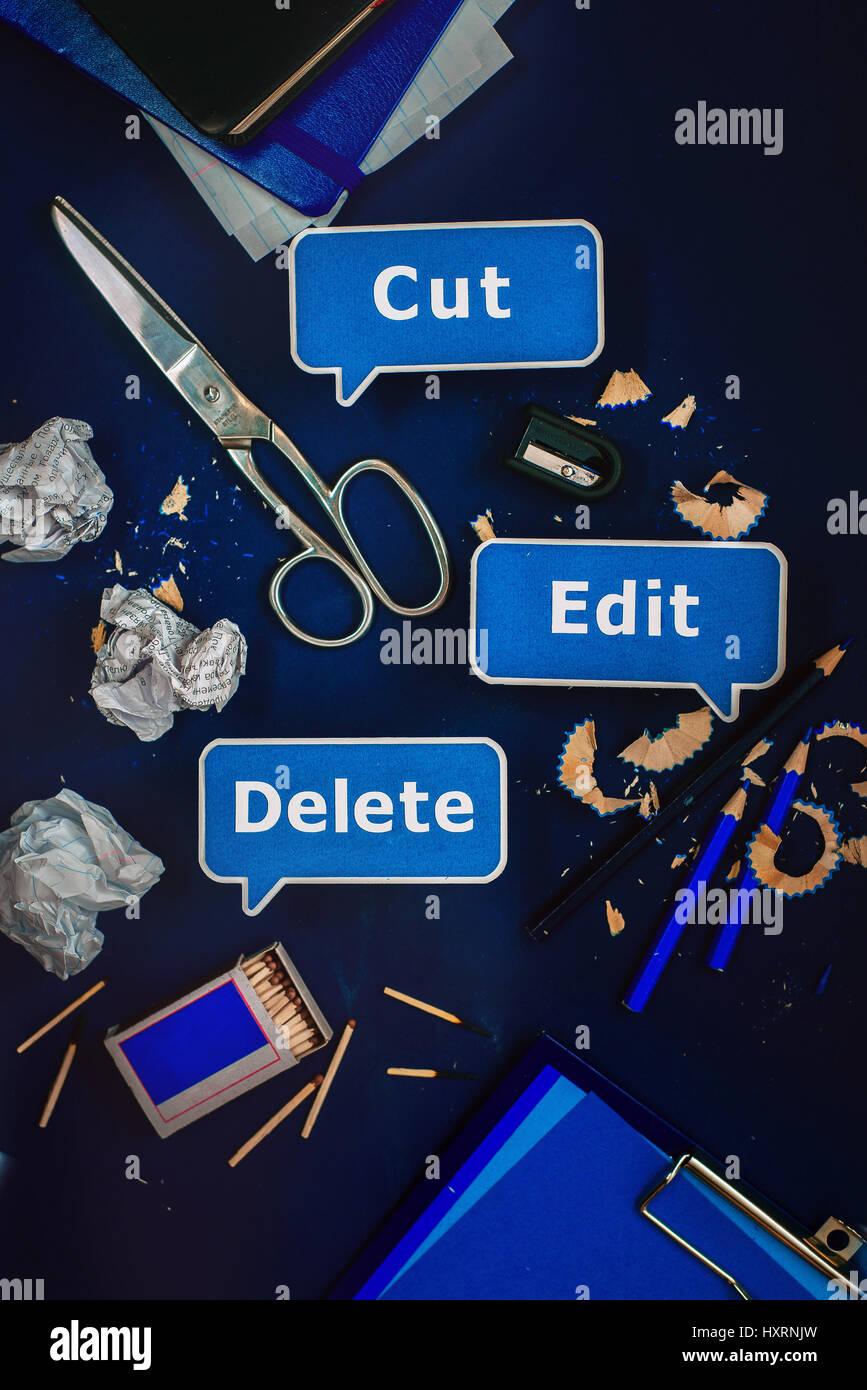 Lieu de travail avec des éléments de menu de contexte papier, papeterie et fournitures de bureau. Photo Stock