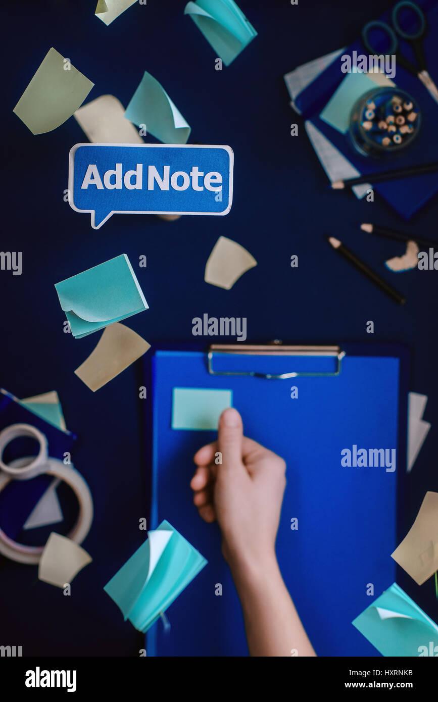 Examen avec menu contexte papier disant: ajouter une note. Nature morte à la papeterie et fournitures Photo Stock