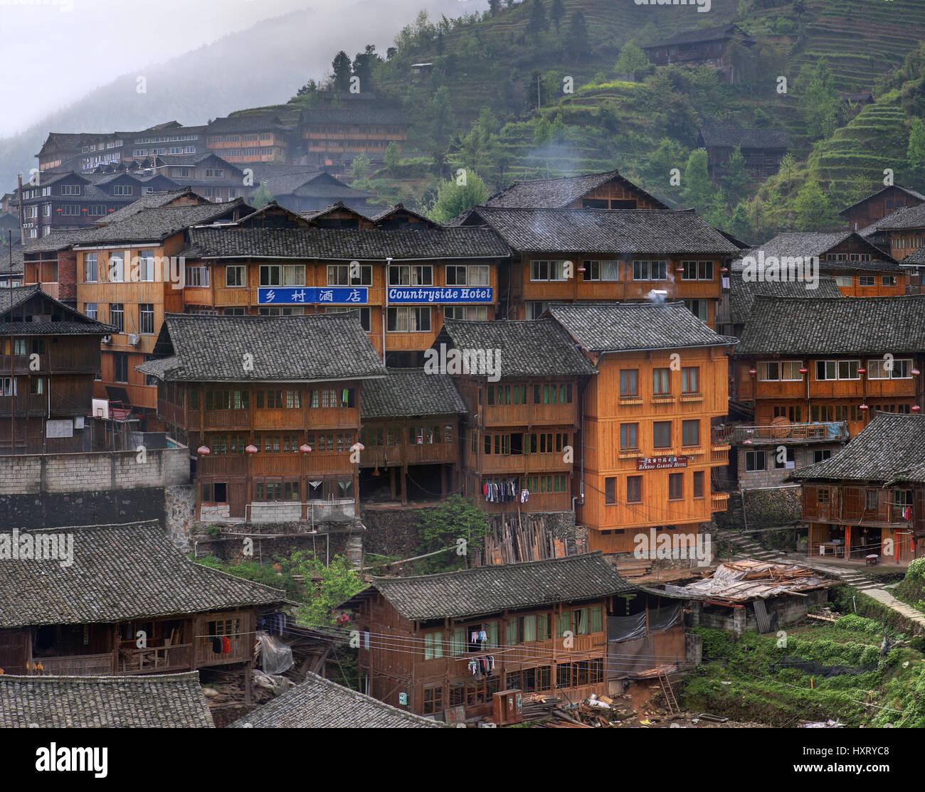 Village Pingan, Province du Guangxi, Chine - 5 Avril 2010: hôtel rustique en bois sur une colline dans Photo Stock