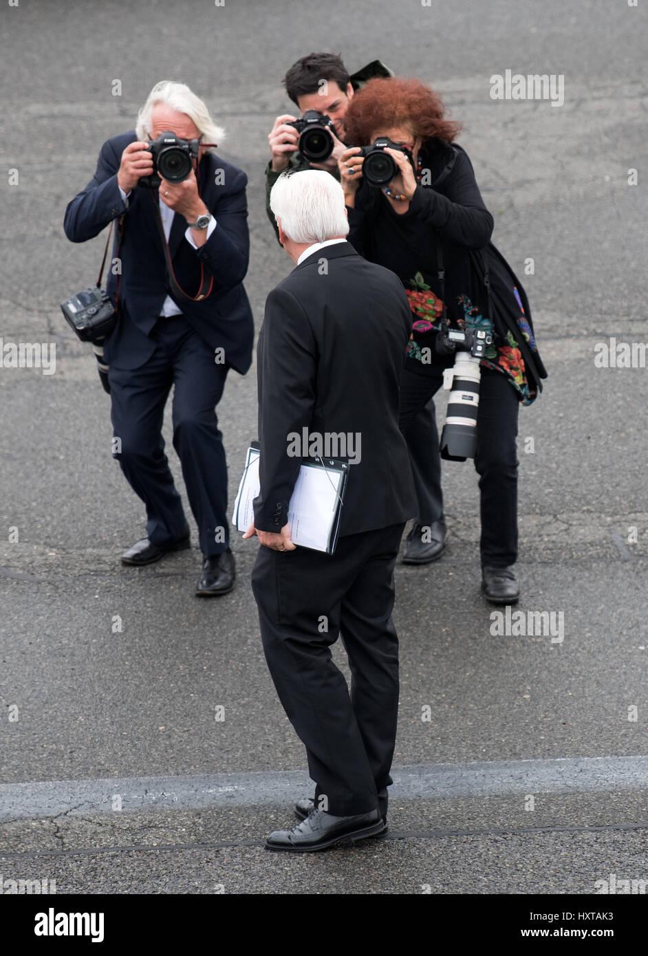 Berlin, Allemagne. 30Th Mar, 2017. Le Président allemand, Frank-Walter Steinmeier, monte dans un avion pour Paris fournis par l'armée allemande dans la section militaire de l'aéroport de Tegel, à Berlin, Allemagne, 30 mars 2017. Le nouveau président allemand fait sa première visite à l'office de tourisme de France. Photo: Bernd von Jutrczenka/dpa/Alamy Live News Banque D'Images